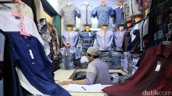 Para pedagang baju beraktifitas di Pasar Cipulir, Selasa (13/12/2016). Mereka menyatakan tidak terganggu atas maraknya online shop. Sebab, sebagian penjual online shop masih mengambil barang dari pedagang offline seperti dari Pasar Cipulir ini. (Ari Saputra/detikcom)