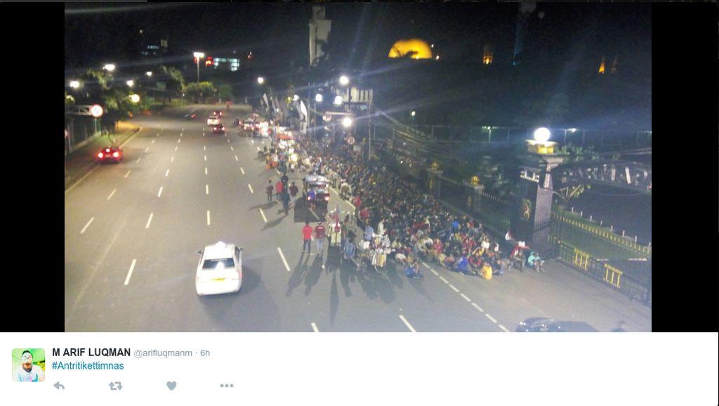 Agar tidak kehabisan tiket, banyak yang rela menginap sejak tadi malam. (Foto: Twitter)