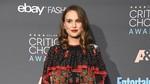 Natalie Portman Elegan dengan Gaun Silver Metalik