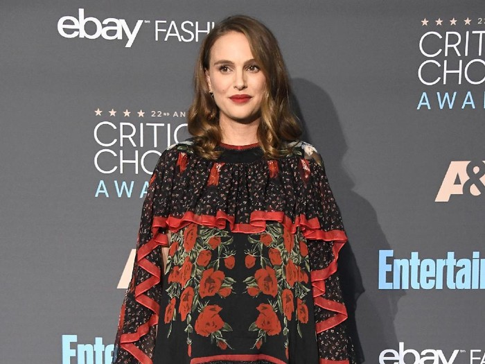 SANTA MONICA, CA - DECEMBER 11:  Actress Natalie Portman, winner of Best Actress for Jackie, poses in the press room during The 22nd Annual Critics Choice Awards at Barker Hangar on December 11, 2016 in Santa Monica, California.  (Photo by Frazer Harrison/Getty Images)