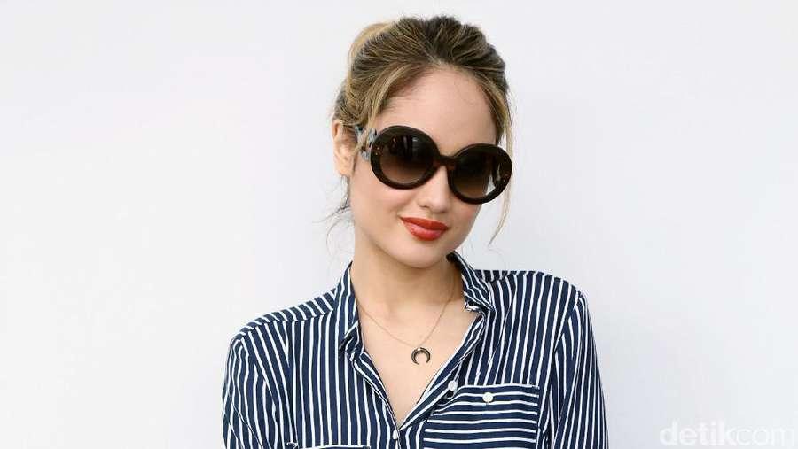 Cantiknya Cinta Laura dengan Kacamata Hitam