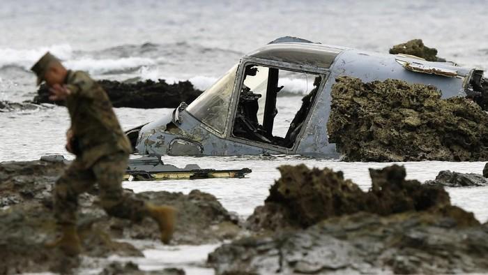 Sebuah pesawat terbang militer tiltrotor sayap tinggi (high wing) MV-22 milik AS jatuh di perairan Okinawa, Jepang.