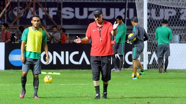 Alfred Riedl memimpin latihan Timnas Indonesia jelang final Piala AFF 2016.
