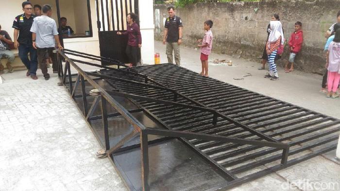 Gerbang di SMPN 197 Kebon Jeruk yang tengah direhab (Foto: Istimewa)