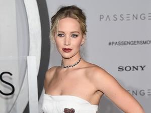Seksi Sampai Elegan Aksi Jennifer Lawrence di Red Carpet Passengers