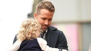 Saat Ryan Reynolds Mati Kutu Ditanya Putrinya Soal Santa Claus