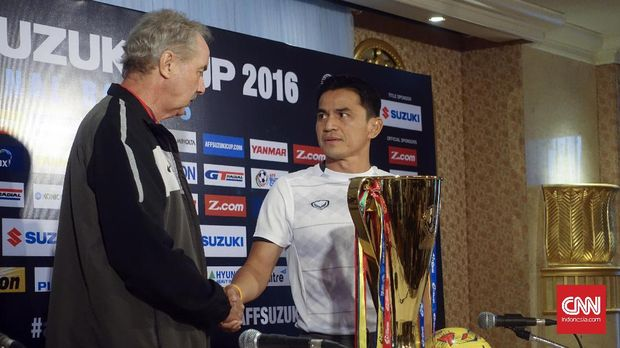 Kiatisuk Senamuang (kanan) saat ini masih belum memiliki klub. (