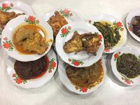 RM Surya: Saat Rendang Daging Legendaris Berbumbu Pekat Diaduk dengan Nasi Hangat, Lamak Nian!