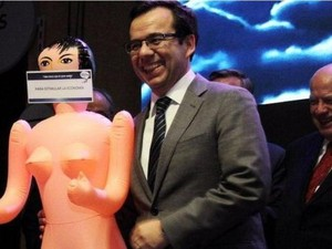 Tertawa Saat Dihadiahi Boneka Seks, Menteri Perekonomian Chile Dihujat