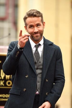 Kocak! Andrew Garfield Cium Bibir Ryan Reynolds Usai Pengumuman Best Actor