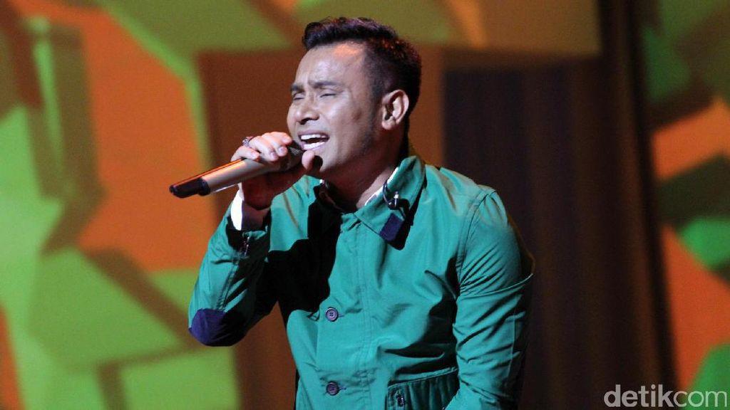 Judika Beri Kacamata Kesayangan di Live Musik Trans Studio Mall Cibubur