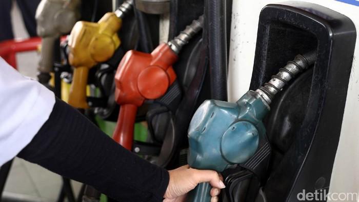Petugas SPBU melakukan pengisian BBM ke kendaraan bermotor di SPBU COCO Tebet, Jakarta Selatan, Jumat (16/12/2016).  Terhitung hari ini harga Pertalite naik dari 6.900 per liter menjadi Rp 7.050 per liter, harga Pertamax 92 naik dari Rp 7.600 per liter menjadi Rp 7.750 per liter dan Dex Lite naik dari Rp 6.750 per liter menjadi Rp 6.900 per liter.