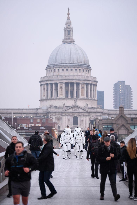 Warga yang kaget melihat sekelompok orang mengenakan kostum Stormtroopers di London, Inggris pada Kamis petang (15/12/2016) waktu setempat. Leon Neal/Getty Images/detikFoto.