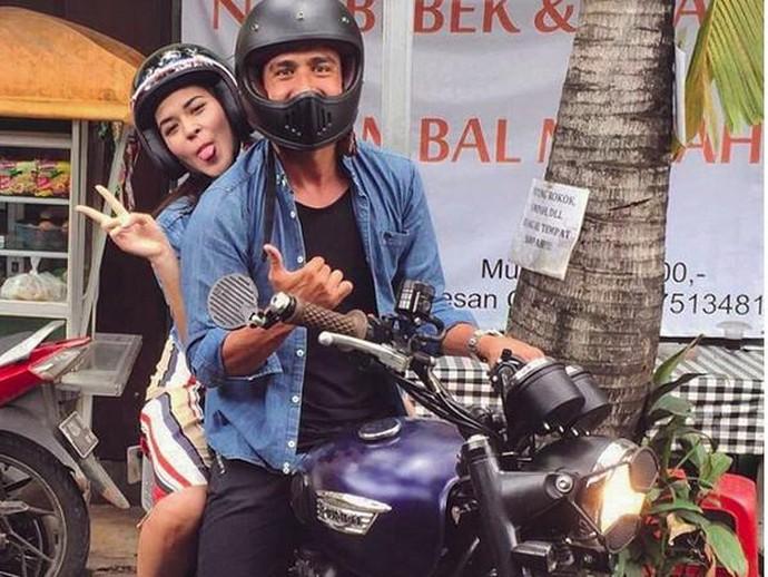 Dalam foto itu, Raisa tengah dibonceng Hamish di atas motornya. Keduanya pun terlihat sangat jenaka. Foto: Instagram Hamish Daud