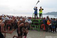 Kibarkan Bendera, Menteri Susi Lepas Peserta Salahutu Aquathlon