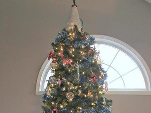Kreatif, Wanita Ini Sulap Gaun Pengantin Jadi Dekorasi Pohon Natal Cantik