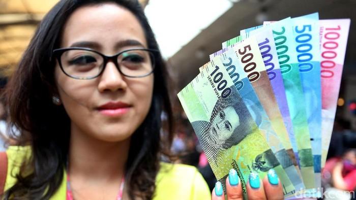 Warga berdatangan ke Blok M Square untuk menukarkan uang rupiah baru, Senin (19/12/2016). Mereka rela antre untuk menukarkan uang rupiah baru.