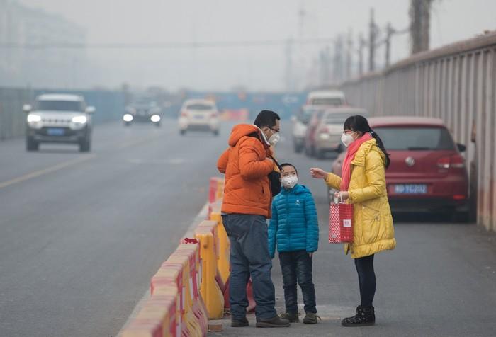 Belum lama ini, pemerintah China mengeluarkan peringatan merah terhadap polusi udara yang sangat tinggi.