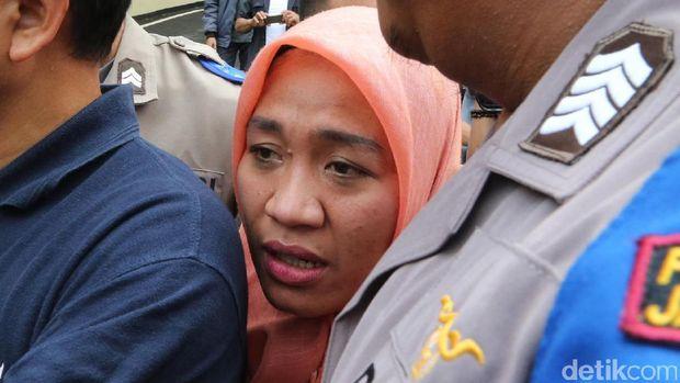 Dora Natalia saat diperiksa polisi.