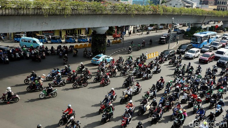 Lalu lintas di Perempatan Matraman, Jakarta, tampak semrawut. Hal ini karena minimnya polisi lalu lintas yang mengatur.