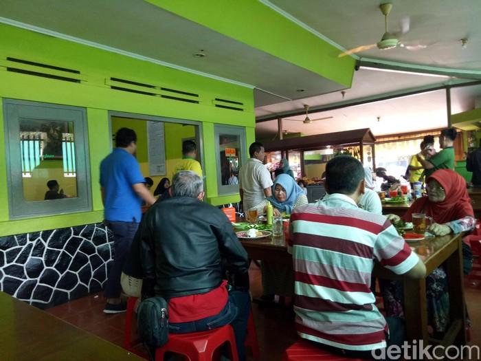 Sepanjang kawasan Balong Gede ada beberapa gerai bernama Warung Nasi Ibu Imas yang selalu ramai dikunjungi pelanggannya. Makanannya beragam, mulai ayam bakar, pepes hingga sayur asem.