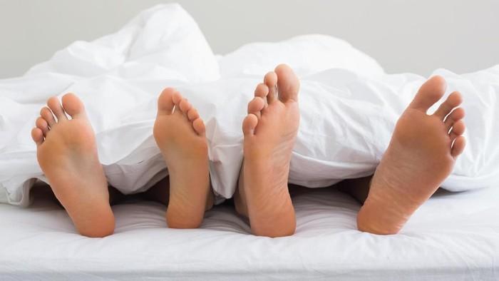 tidur telanjang - partner
