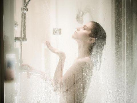 tidur telanjang - shower