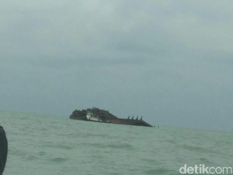 Tongkang Dihantam Ombak, 41 Ribu Kayu Gelondongan Tenggelam ke Laut