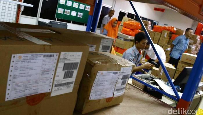 PT. Pos Indonesia mengalami lonjakan pengiriman barang jenis perdagangan elektronik (e-Commerce) sebesar 40 persen menjelang Natal 2016.