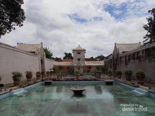 Saat memasuki Taman Sari, kamu akan disambut oleh dua kolam dari tiga kolam yang memiliki fungsi yang berbeda-beda di masanya. Ada namanya Umbul Panguras kolam untuk raja, Umbul Kawitan untuk putri-putri raja, dan Umbul Pamucar untuk para selir-selir raja. (Lenny Permata/dtraveler)