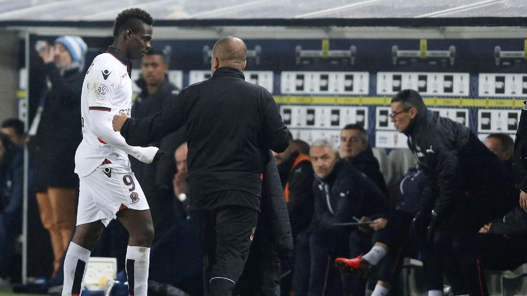Balotelli Dikartu Merah, Beri Hadiah ke Fans, lalu Tepis Kamera TV
