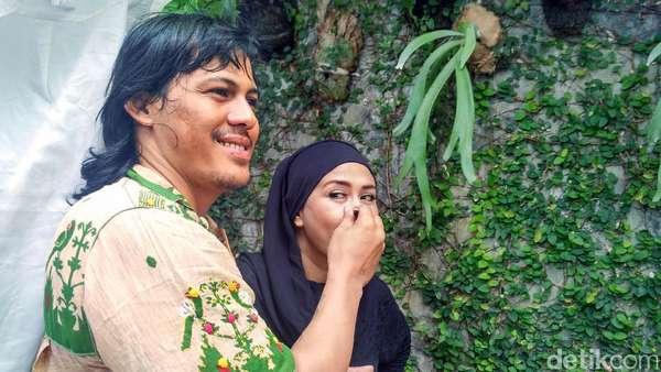 Mmuah...Kecupan Mesra Sang Suami pada Ria Irawan