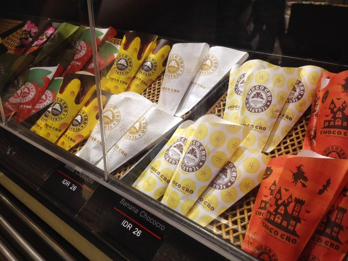St. Marc Cafe yang berasal dari Jepang, punya gerai di Senayan City. Di sana, chococro dan aneka pastry dimasukkan dalam etalase kaca di dekat kasir. Konsumen bisa memilihnya sendiri. Ada chococro original berisi dark chocolate, Matcha, Banana Walnut, Strawberry, hingga Premium Chelsea Chococro.