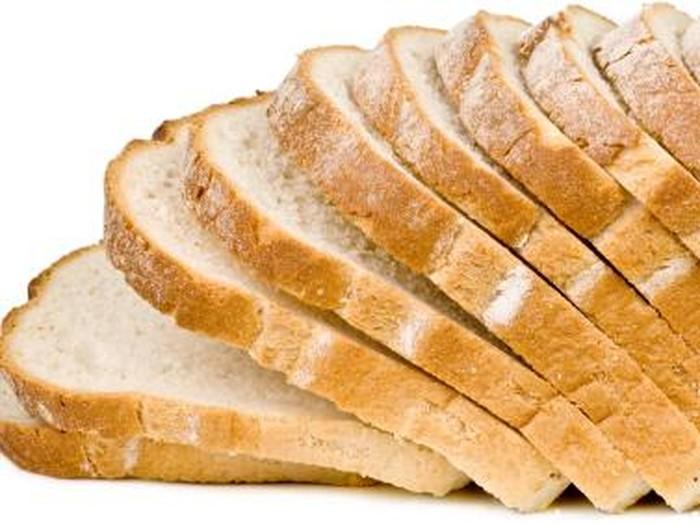Berdasarkan keterangan dari Sue Decotiis, MD, pakar penurunan berat badan dan internis tersertifikasi, memakan roti putih dapat meningkatkan kadar insulin dengan cepat. Dalam sebuah penelitian di Spanyol, para periset memantau 9.000 orang dan menemukan bahwa mereka yang makan dua atau lebih dari roti putih sehari, 40 persen lebih mungkin mengalami kelebihan berat badan atau obesitas dalam waktu lima tahun. (Foto: ilustrasi/istock)