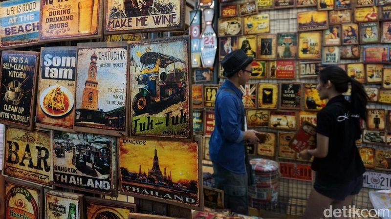 Kota Bangkok jelas jadi pilihan buat traveler penggila belanja. Di sana ada Pasar Chatuchak, pasar dengan lebih dari 15.000 kios yang bisa dipilih traveler. Murah-murah lho! (Rachman Haryanto/detikcom)
