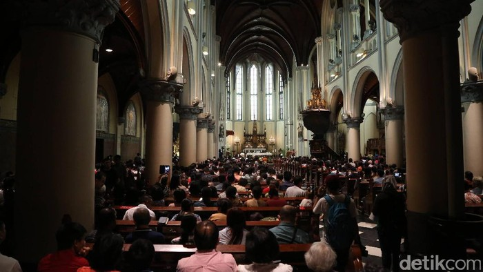 Hari Natal jatuh pada hari Minggu (25/12). Sejumlah gereja menyelenggarakan ibadah hari Natal, tak terkecuali Gereja Katedral.