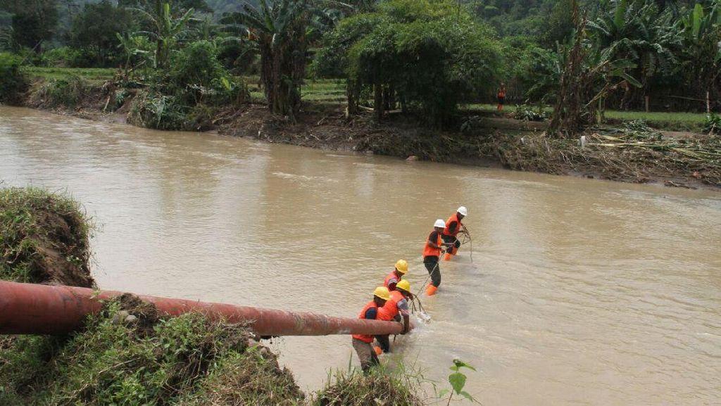 Seberangi Sungai, PLN Perbaiki Tiang Listrik Roboh di Bima