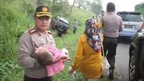 Kapolres Karawang Bantu Bayi Korban Kecelakaan Beruntun di Tol Cikampek