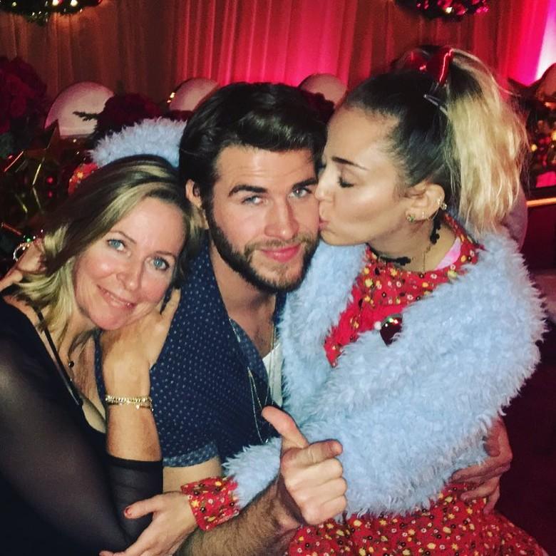 Jangan Iri! Ciuman Mesra Miley Cyrus untuk Liam Hemsworth di Hari Natal