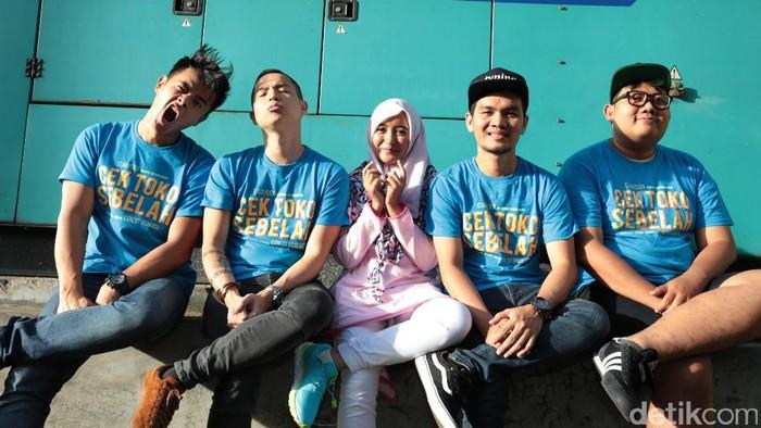 Para pemain film Cek Toko Sebelah saat berkunjung ke kantor detikcom.