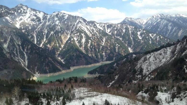 Pemandangan pegunungan bersalju di Tateyama Kurobe Alpine, Jepang