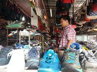 Berburu Barang Bekas Eks Luar Negeri Di Pasar Aviari Batam Jamsuit Cewek Oleh Dari Bali Aneka Sepatu Berbagai Merek Chaidir Detiktravel