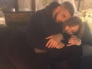 Kalung Berlian Rp 1,3 Miliar Jadi Kado 2017 untuk J.Lo dari Drake