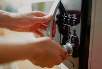 Duh, Gadis Ini Buta Gara-Gara Masak Telur di Oven Microwave