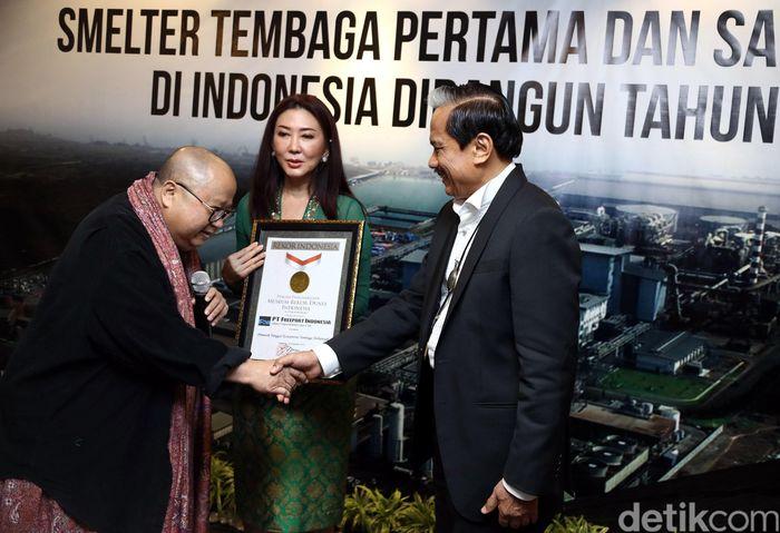Ketua Yayasan Museum Rekor Indonesia (MURI) Jaya Suprana memberikan penghargaan MURI kepada Presiden Direktur PT Freeport Indonesia (PTFI) Chappy Hakim (kanan) di Jakarta, Rabu (28/12/2016).