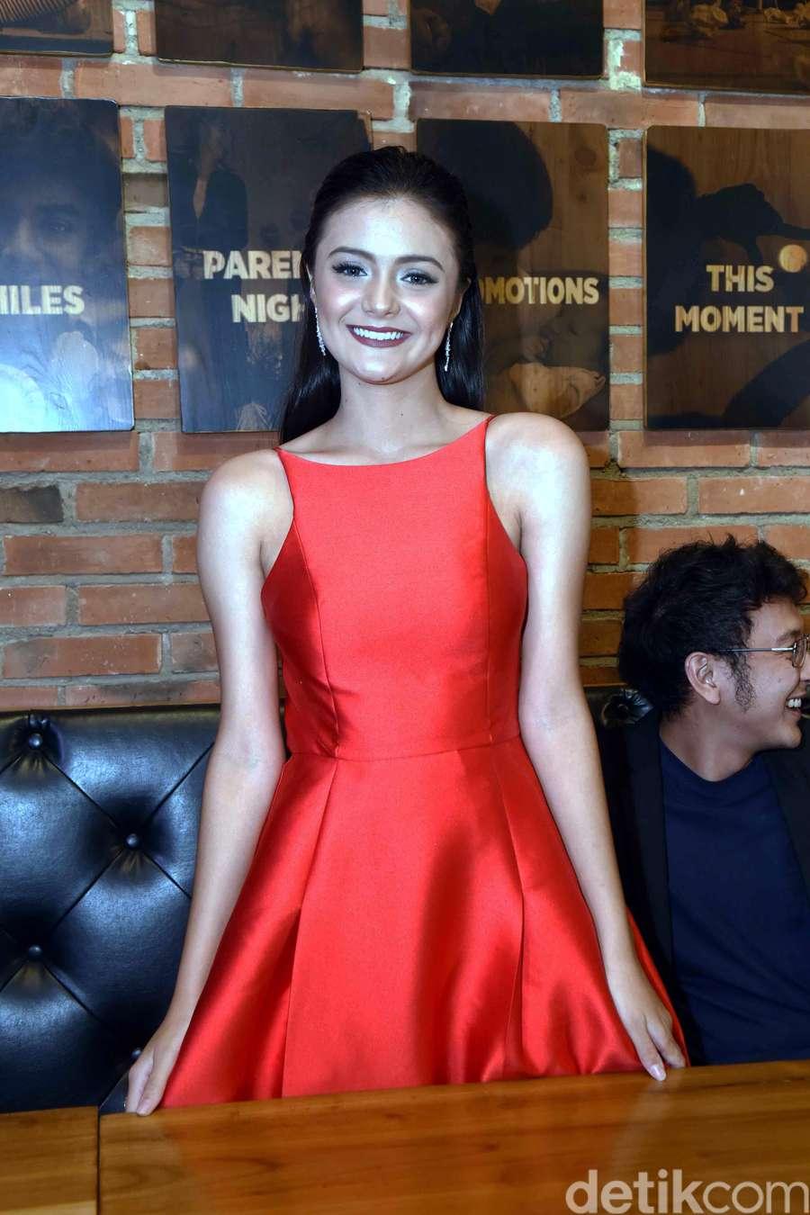 Pesona Amanda Rawles dengan Dress Merah