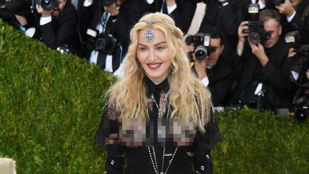 Baju Tergila Selebriti di Red Carpet 2016, Madonna Sampai Chrissy Teigen