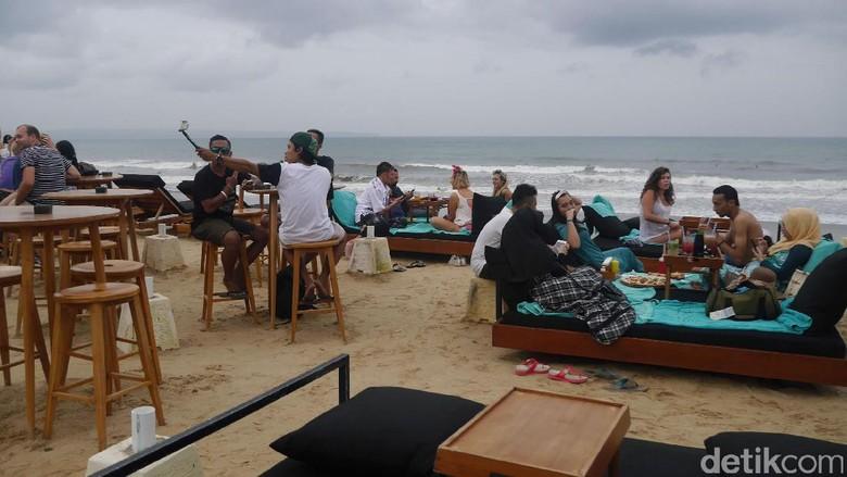 Wisatawan di Pantai Berawa (Kurnia/detikTravel)