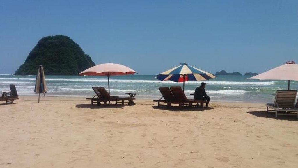 Pantai Pulau Merah di Banyuwangi Penuh Saat Libur Panjang Sekolah