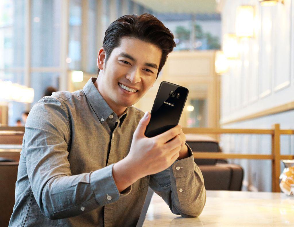 Berbeda dengan varian black onyx, varian black pearl menawarkan frame yang berwarna hitam. Foto: Samsung